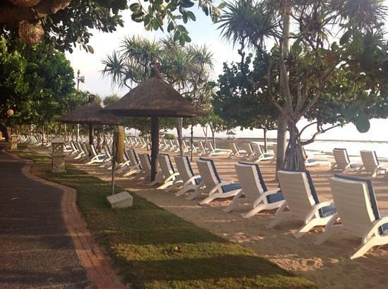 Nusa Dua Beach Hotel & Spa: The beautiful Nusa Dua beach. The path goes all along - great for a walk or jog.