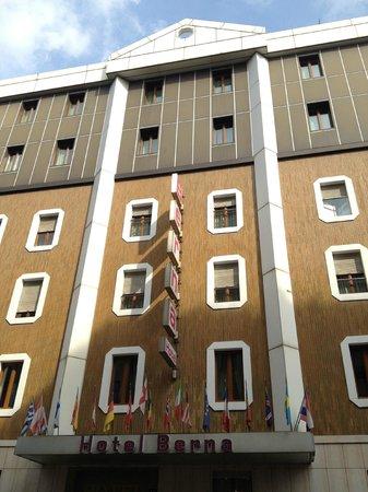 Hotel Berna: ちょっと古い感じのする外観