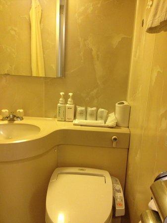 Sakura Hotel Ikebukuro : japanese automatic toilet and amenities