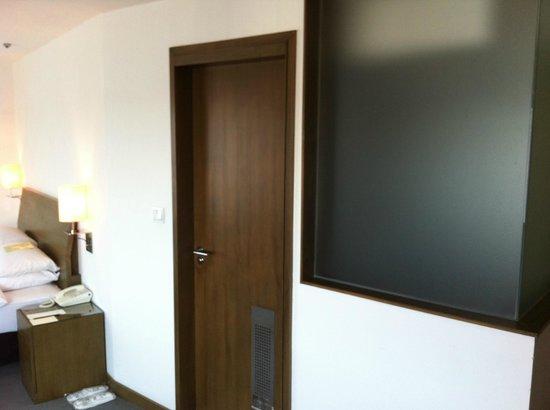 United Hotel : 浴室への入り口が部屋のど真ん中にあります。ちょっと変わった作りです。