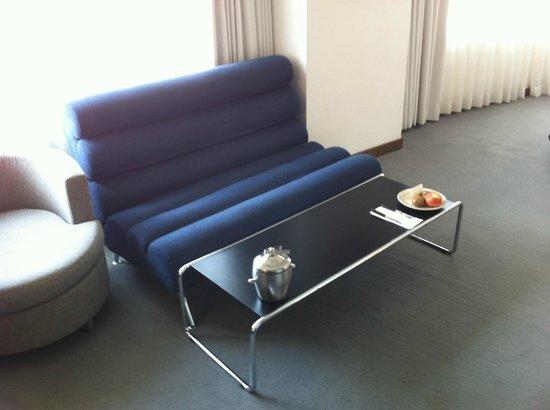United Hotel : 室内にはこんな感じのソファーがあります