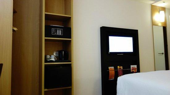 Hotel ibis Bandung Trans Studio: 房間內設有電視、保險箱等。