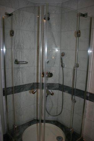 Hotel Kamp: Marble bathroom