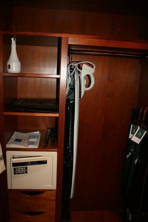 Hotel Kamp: iron in room