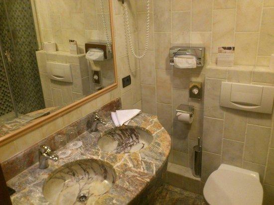 Hotel Santo: Умывальник