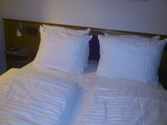 Hotel Santo: Кровать