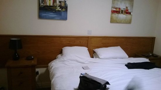The Atherstone Red Lion Hotel: Only 1 bedside light