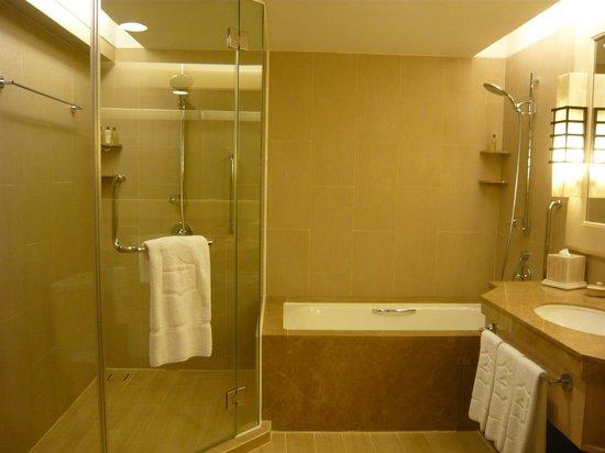 Shangri-La's Rasa Ria Resort & Spa: Huge bathroom