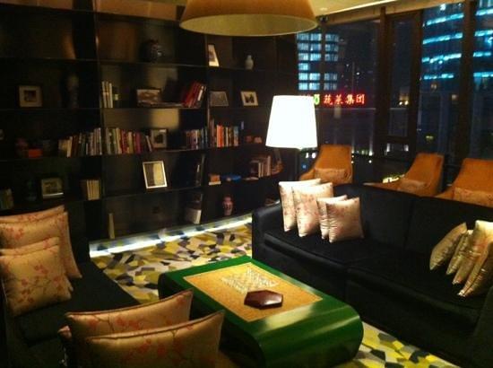 Hotel Indigo Shanghai on the Bund : Library at Hotel Indigo