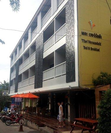 The Verandah : Отель, со стороны главной улицы