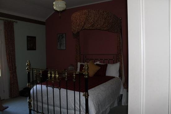 Forgandenny House Bed and Breakfast: The red room.