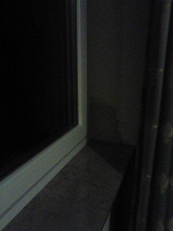 Ars Vivendi: Abgerissene Tapete neben Fenster