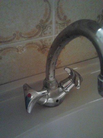 Ars Vivendi: Kalk und Schmutz an Waschbecken Amatur