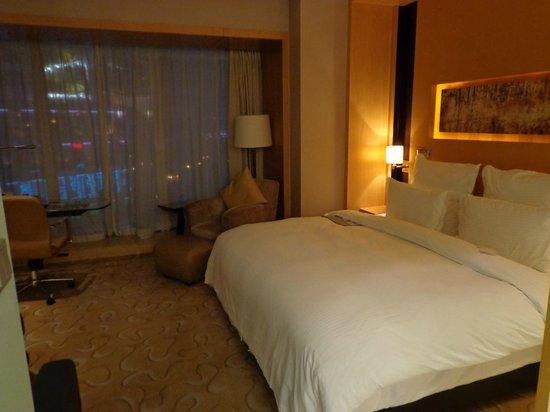Le Royal Meridien Shanghai: Chambre avec sa vue