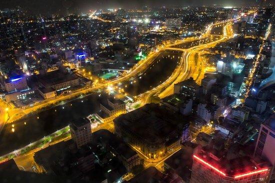 Bitexco Financial Tower - Saigon Skydeck: Saigon river at night