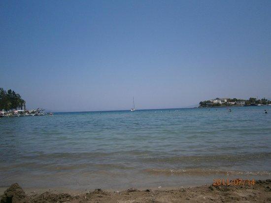 Deniz Motel: kumluk plajı.