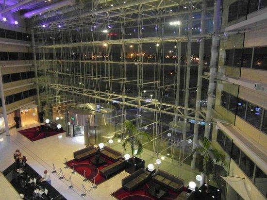 Hilton London Heathrow Airport: Nice contemporary reception area