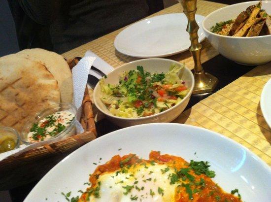Restaurant Feinberg's: Shakshuka, Hummus und Salat
