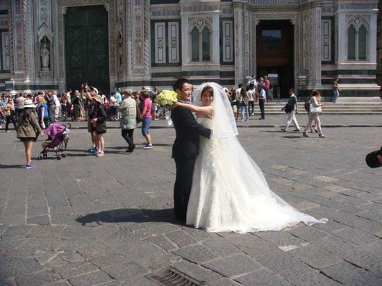 Italy Cruiser Bike Tours: a couple doing wedding pictures