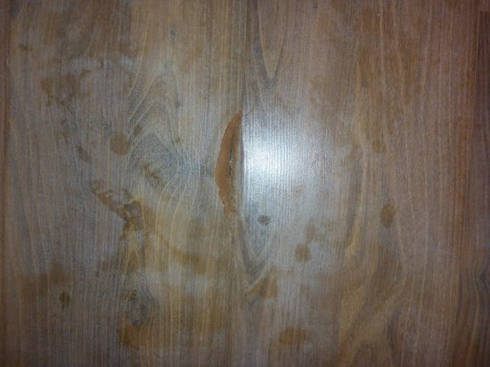 Centara Grand Island Resort & Spa Maldives: very cracked and worn laminate