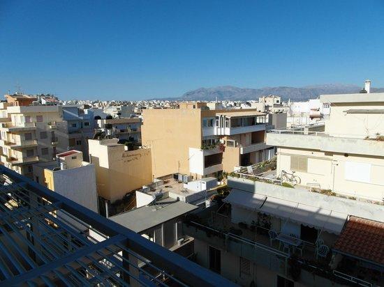 Vista da sacada do quarto do Atrion Hotel, em Heraklion.