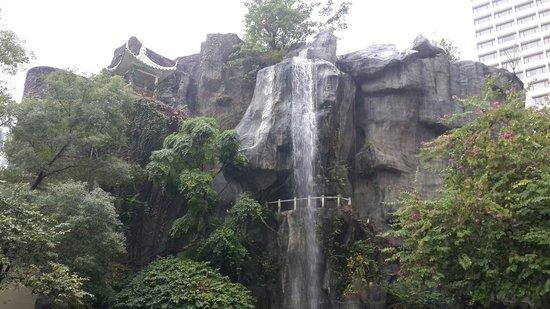 The Garden Hotel Guangzhou: Fountain in the back garden