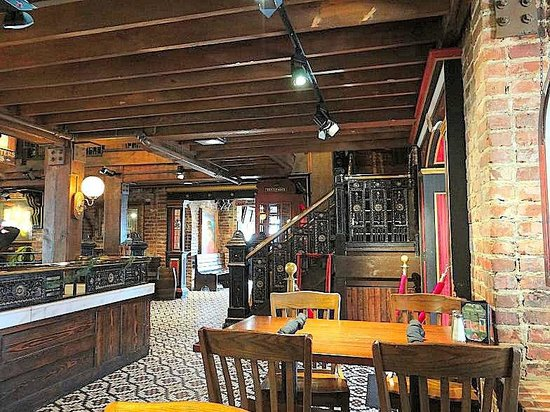 Darryl's Wood Fired Grill: a dining area