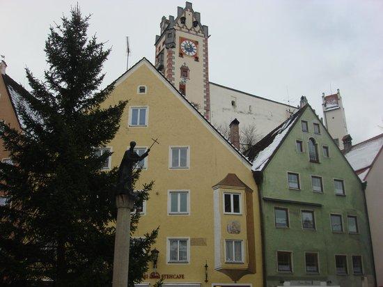 Altstadt von Fuessen: рождественская ель на площади