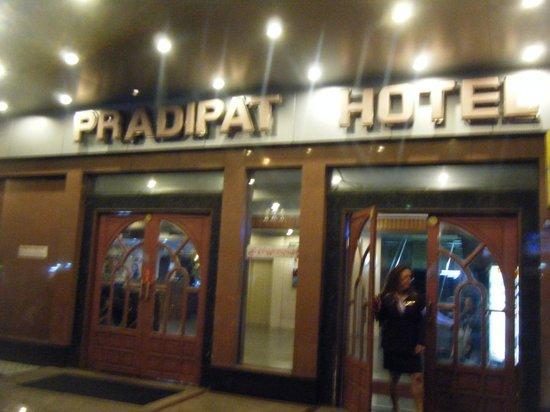 Pradipat Hotel: 正面玄関
