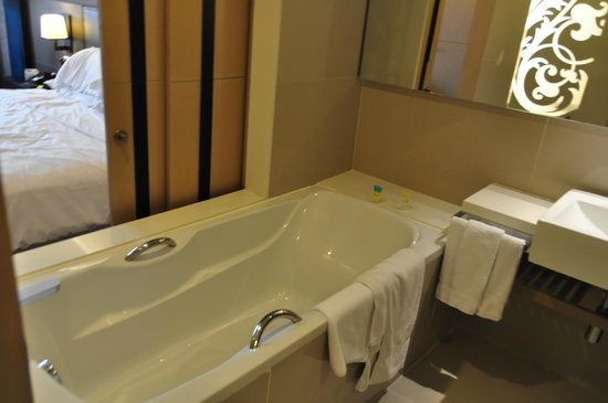 Four Points By Sheraton Bangkok, Sukhumvit 15: bathroom