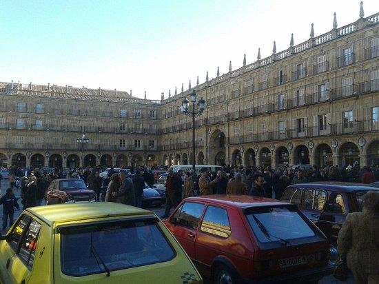Salamanca's Plaza Mayor: La piazza durante una manifestazione con esposizione di auto d'epoca