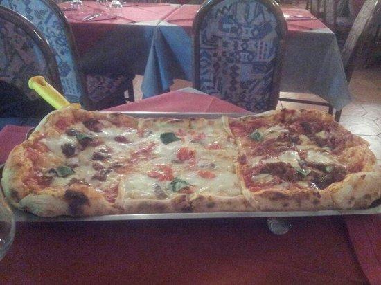 Dormelletto, Italia: Mezzo metro di pizza...ottimo come tutto il resto!