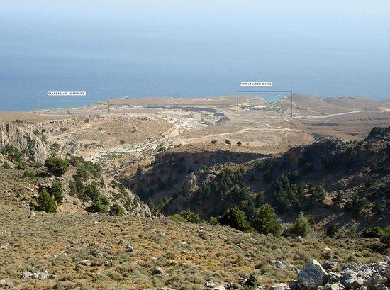 Vritomartis Naturist Resort: L'hotel VRITOMARTIS e la sua spiaggia FILAKI dalla strada di accesso alla SFAKIA ( da CHANIA )
