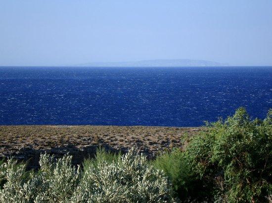 Vritomartis Naturist Resort: Provando il teleobiettivo, in una giornata di vento: sullo sfondo GAVDOS