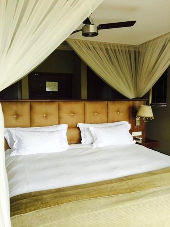 Shepherd's Tree Game Lodge: Ultra-comfy bed in master bedroom of family suite