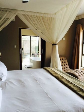 Shepherd's Tree Game Lodge: Bedroom leading to bathroom with bathtub and decadent outdoor shower!