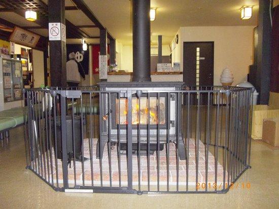 Gonohe Makiba Onsen: ロビーの暖炉