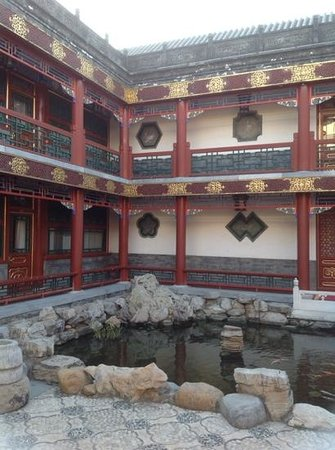 Han's Royal Garden Hotel: kids loved the pond
