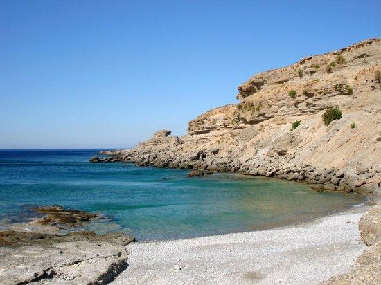 Vritomartis Naturist Resort: La spiaggia dell'Hotel: un angolo di Filaki Beach al mattino presto