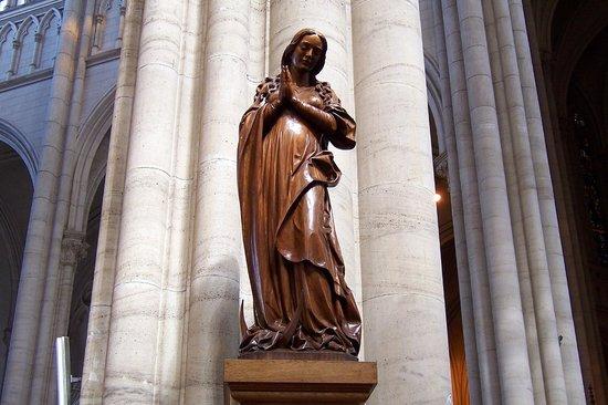 Catedral de la Plata: Talla de María (Leo Moroder)
