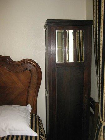 Detective Hotel : старинный шкафчик в номере