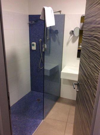 Hotel Ibis Styles Catania Acireale: Bagno comodo...peccato per il nero (muffa) nelle fughe del mosaico della doccia