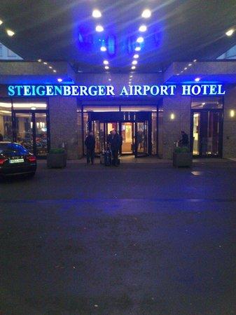 Steigenberger Airport Hotel: Вход в отель