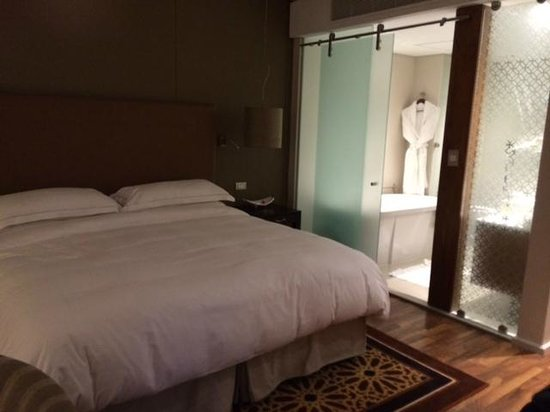Hilton Cape Town City Centre: Bedroom/bathroom (glass panel with line of sight to WC!)