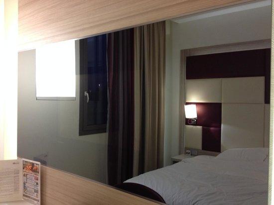 AS Hotel Limbiate Fiera: テレビが鏡の中に設置されています。
