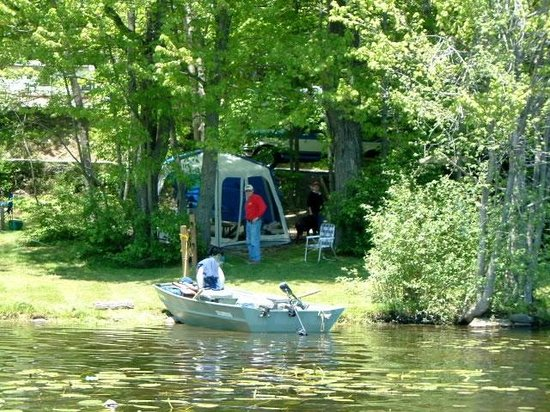 Keen Lake Camping and Cottage Resort: Lakefront Water-Electric Sites