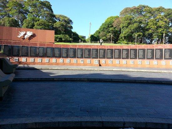Sheraton Buenos Aires Hotel & Convention Center: War memorial in park near hotel