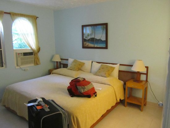 Siboney Beach Club: Bedroom - Notice sheer curtains that do not block people from seeing in