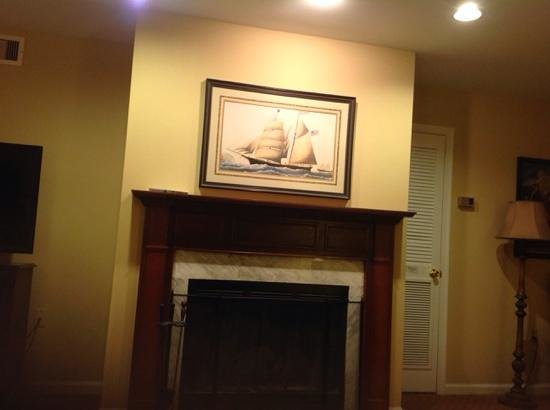 Williamsburg Plantation Resort: Our fireplace