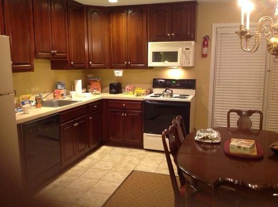 Williamsburg Plantation Resort: spacious kitchen